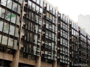 Зеркальный фасад, отражение города