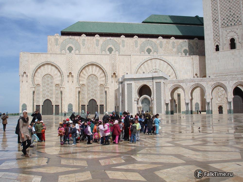 Дети у мечети Хасана II