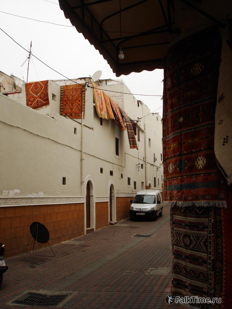 Улочка квартала, свисающие ковры