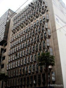 Здание с окнами-шипами