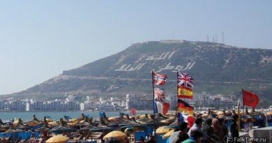 Вид на касбу Агадира с пляжа