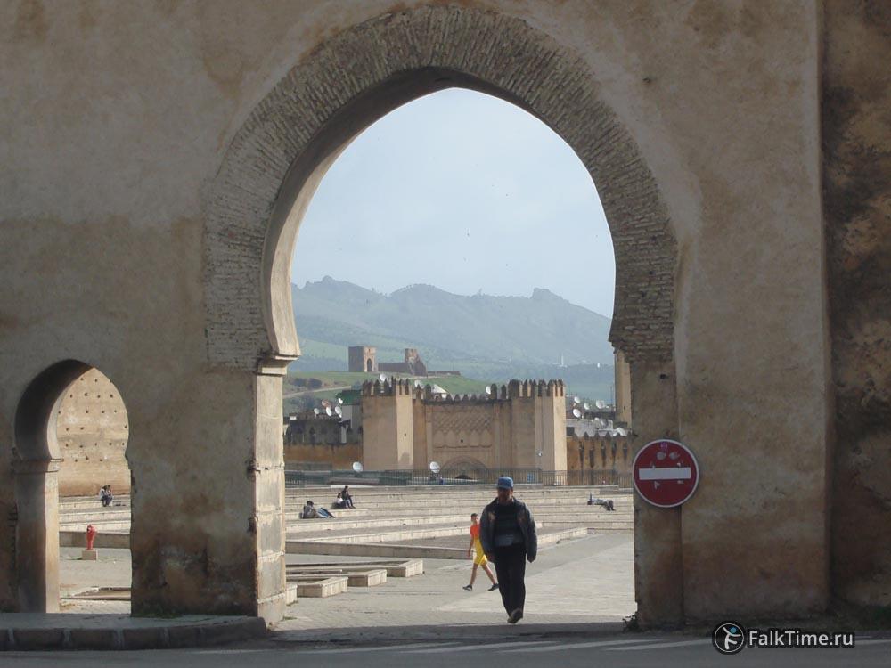 Вид через ворота