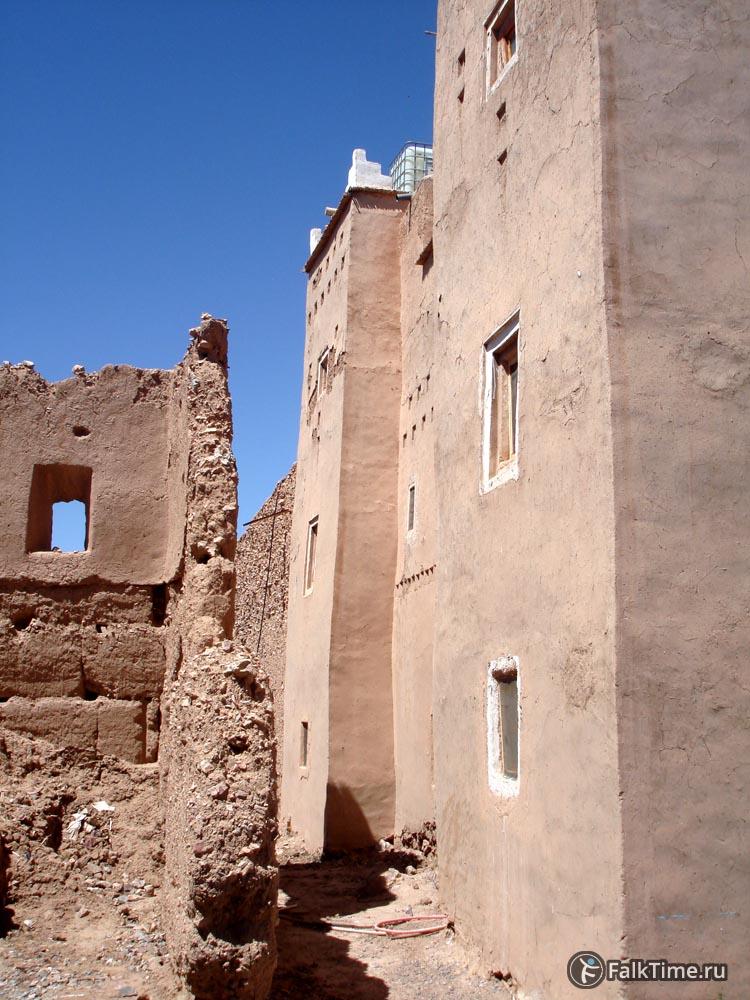 Развалившаяся и отреставрированная касбы рядом