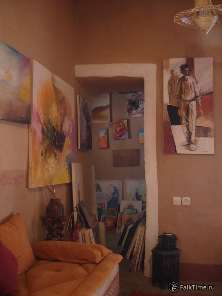 Интерьер касбы украшен картинами владельцев