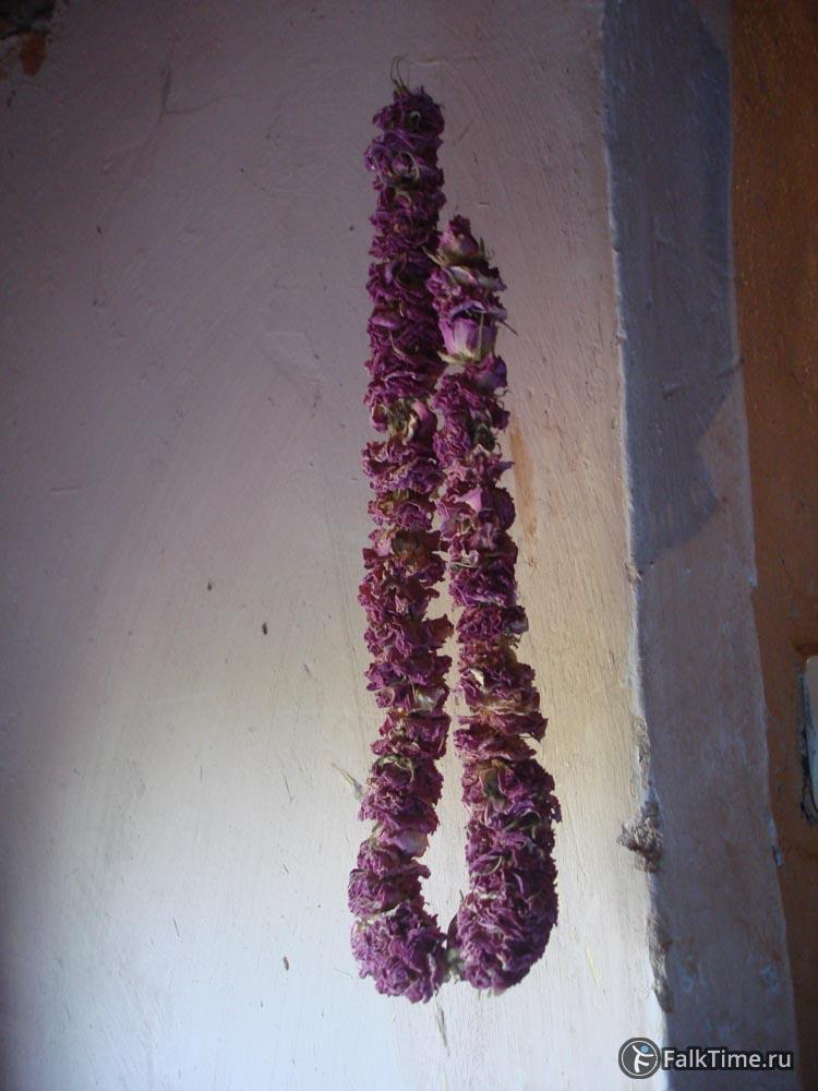 Бусы из лепестков роз