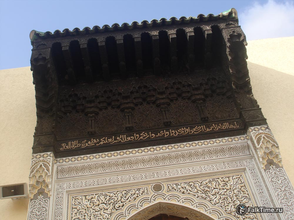 Резной вход мечети Бужелуд