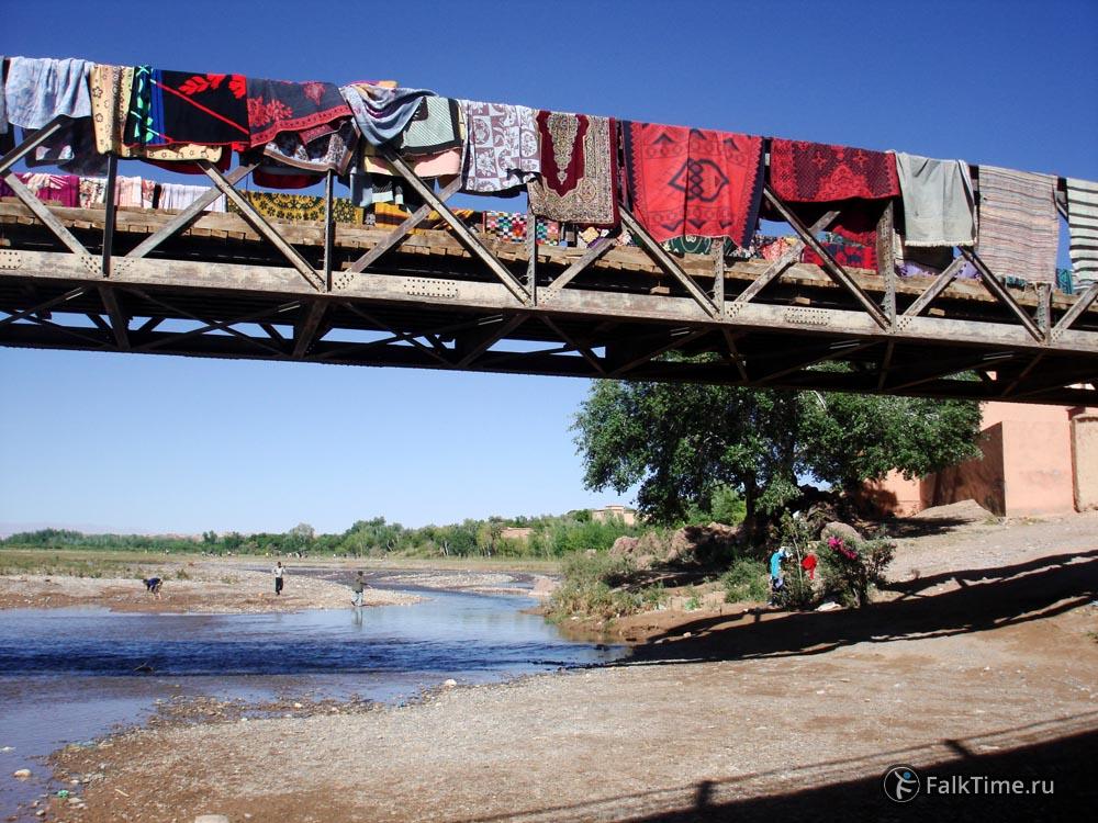 Старый мост с коврами