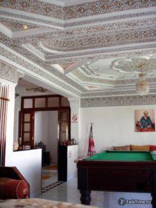 Гостиная-бильярдная с резным потолком