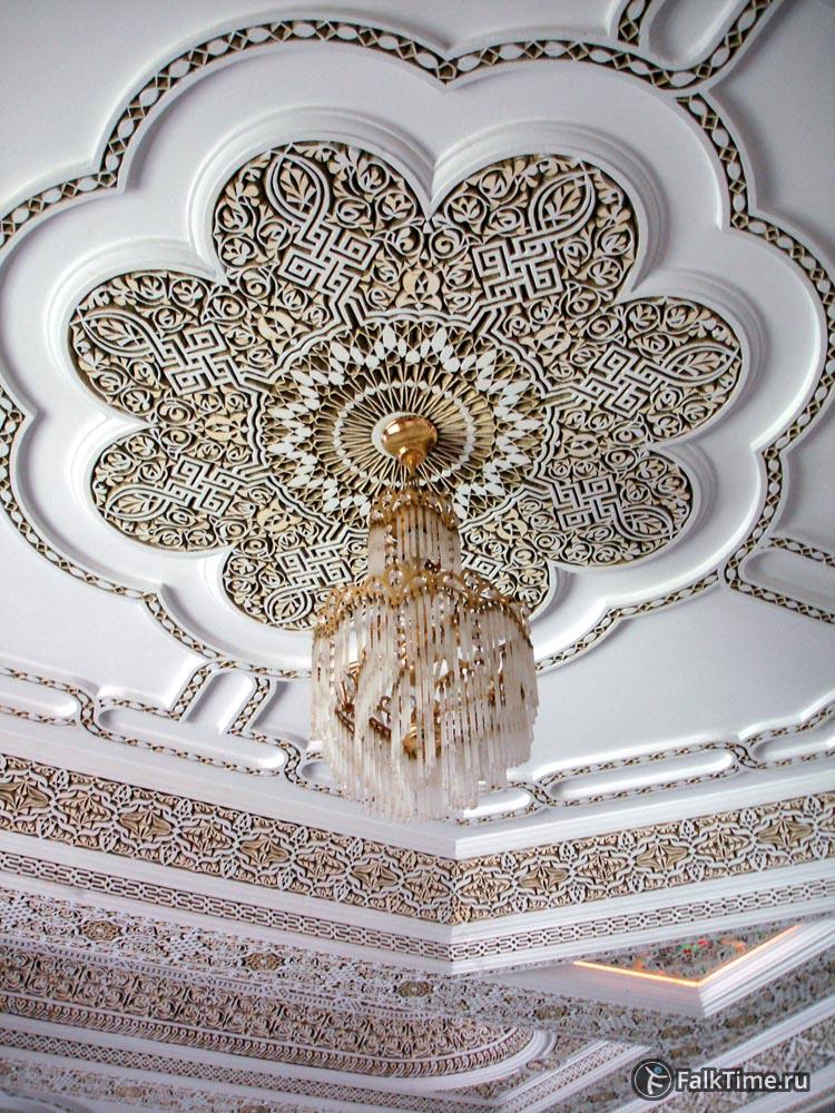 Люстра и резной потолок
