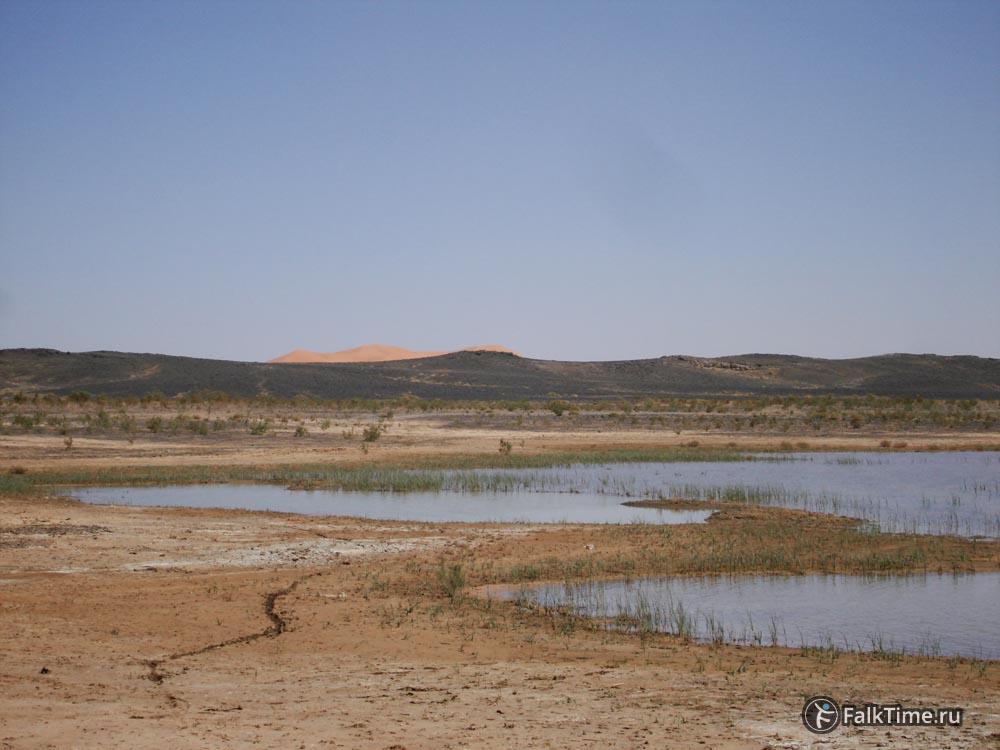 Озеро, чёрная пустыня и дюны