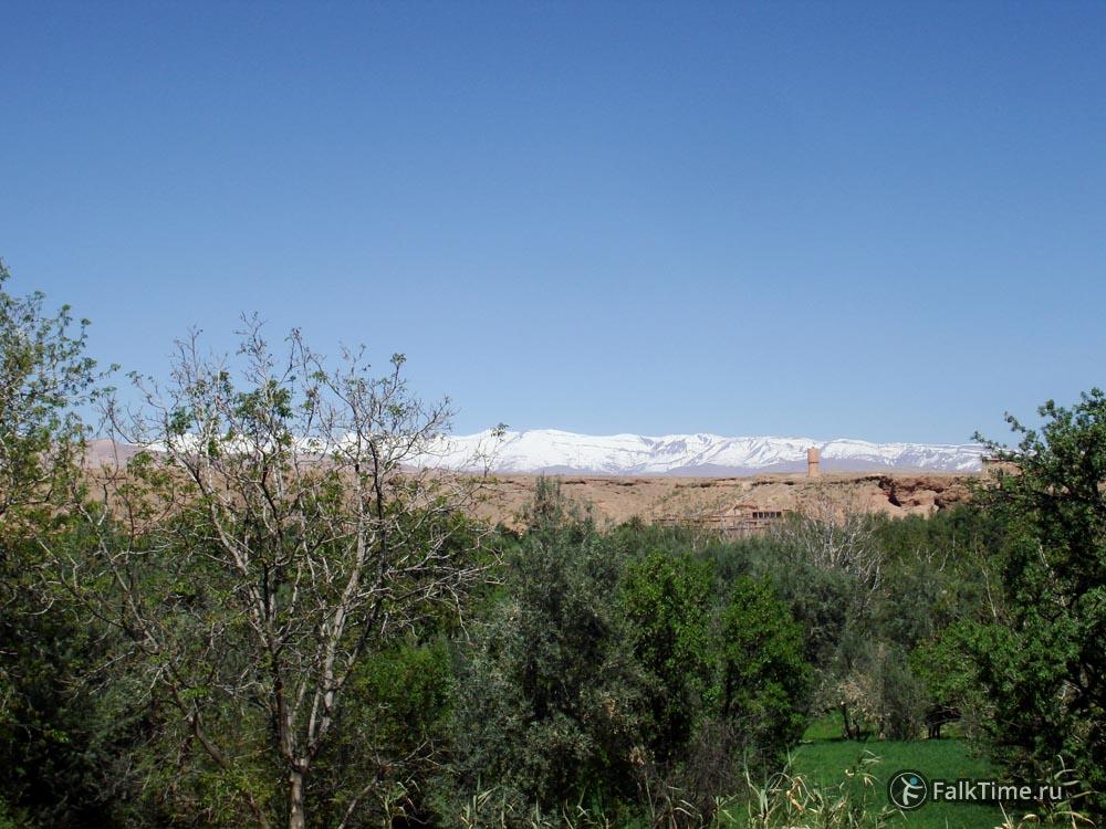 Заснеженные горы на горизонте