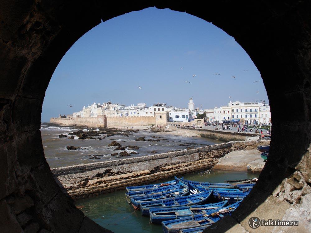 Вид на лодки и медину через отверстие в стене